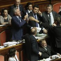 Senato, bagarre in aula: il leghista strappa e lancia pagine della Costituzione