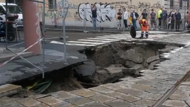 Milano, esonda ancora il Seveso   foto   in centro voragine di 12 metri   foto   -   video