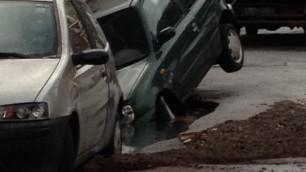 Si rompe tubatura al Trionfale, auto in una voragine