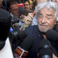 """Grillo lancia la campagna """"Fermare Renzi"""". """"Riforma del Senato contro la democrazia. Sarà guerriglia democratica"""""""