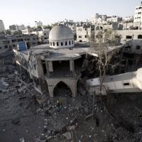 Gaza, raid su moschea: il minareto crolla sul centro rifugiati