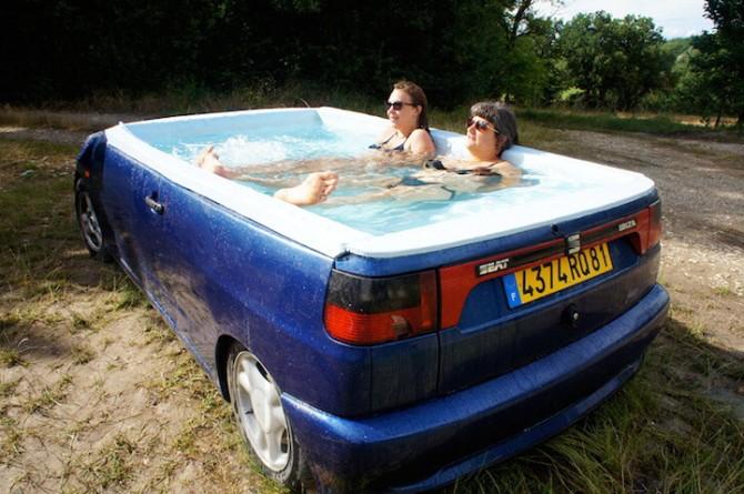 A mollo in macchina: la Seat Ibizia diventa una piscina