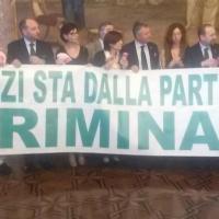 """Decreto carceri, striscione leghista contro Renzi: """"Dalla parte dei delinquenti"""""""