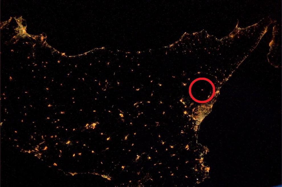L'Etna illumina la notte, la punta dello stivale dallo spazio