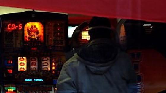 A 14 anni in sala slot: quelli che si giocano l'adolescenza