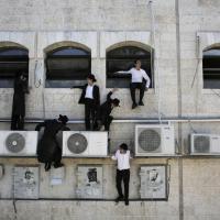 Gerusalemme, aggrappati ai condizionatori per guardare l'attentato