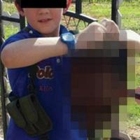 Siria, il figlio del jihadista australiano regge una testa mozzata