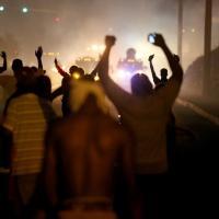 Fumogeni e lacrimogeni contro i manifestanti anti-polizia a Ferguson