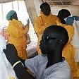 Ebola, in Sierra Leone  c'è un ministro-eroe  che combatte l'epidemia  in prima linea