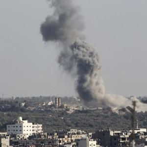 """Gaza, razzi su Israele. Raid aerei sulla Striscia: uccise donna e bimba di 2 anni. Hamas: """"Tregua sfumata"""""""