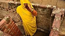 """India, gli """"intoccabili""""  della casta bassa  lavorano raccogliendo escrementi umani  e vengono trattati  come animali"""