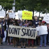 """Ferguson, nuove proteste e arresti. Il ministro della Giustizia: """"Inchiesta equa"""""""