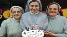 Suor Cristina, per i 26 anni una torta da Claudia Koll