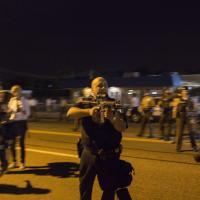 """Poliziotto punta fucile contro manifestanti: """"Vi ammazzerò tutti"""""""