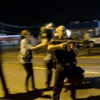"""Ferguson, agente punta fucile su manifestanti """"Vi ammazzerò"""". Sospeso a tempo in..."""