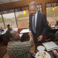 """Ferguson, Holder ai Brown: """"Avrete giustizia"""". Il governatore ritira la Guardia nazionale"""