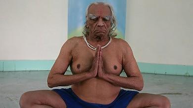 Addio al guru indiano /   Le posizioni   che portò lo yoga in Occidente   video