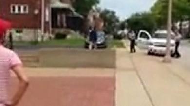 Video  Così la polizia  ha ucciso a St.Louis    Holder a familiari Brown: avrete giustizia