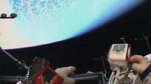 Minisatellite in orbita l'astronauta lo lancia a mano