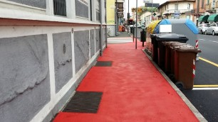 I marciapiedi di Nichelino si tingono di rosso: ecco perché