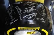 La gomma come una cartolina: firmata da piloti F1