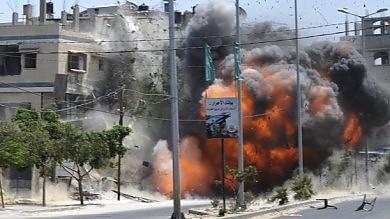 """Mazen: """"Stop sangue, nuovi negoziati""""   vd   La mossa di Hamas: sì alla Corte dell'Aja"""