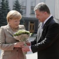 """Crisi Ucraina, Merkel: """"No a nuove sanzioni alla Russia"""". Ma è battaglia a Donetsk: tre..."""