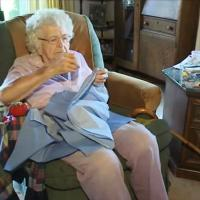 L'abilità della nonnina: un vestito al giorno per bimbi in difficoltà