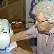 L'abilità della nonnina  un vestito al giorno  per bimbi in difficoltà