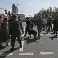 """Crisi Ucraina, a Donetsk ribelli fanno sfilare prigionieri in piazza. Merkel: """"Trovare..."""