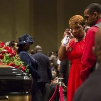 """Usa, a St. Louis l'ultimo addio a Michael Brown. Il padre: """"Restiamo in pace per lui"""""""