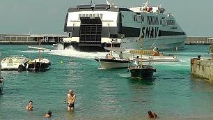 La nuotata tra gli aliscafi e i traghetti di Marina Grande