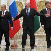 """Ucraina, ancora tensione dopo incontro Poroshenko-Putin. Kiev: """"100 tank russi sul nostro..."""