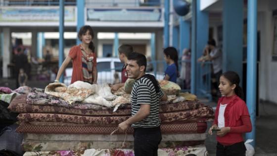 """Gaza, la tregua permanente regge: """"Stop a razzi e raid"""". Gli sfollati rientrano nelle case"""