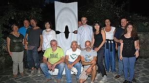 """I vigili multano l'opera d'arte  esposta in piazza: """"E' abusiva"""""""