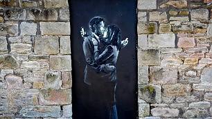 Banksy salva il circolo dei ragazzi opera venduta per 500mila euro