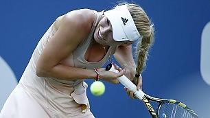 Wozniacki, il colpo di rovescio è doloroso: finisce nella treccia