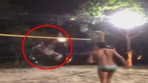 Kung fu Ronaldinho: mura la schiacciata col calcio volante