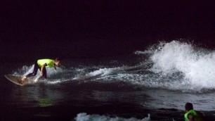 Un super lampione in spiaggia per i surfisti della notte