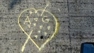 Graffitaro a 67 anni per amore il cuore giallo gli costa la denuncia