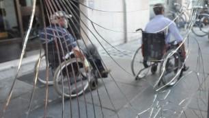 Le barriere (quasi) invisibili la città in sedia a rotelle
