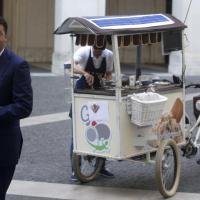 Renzi offre un gelato: coperto il logo, ma il gelataio è griffato