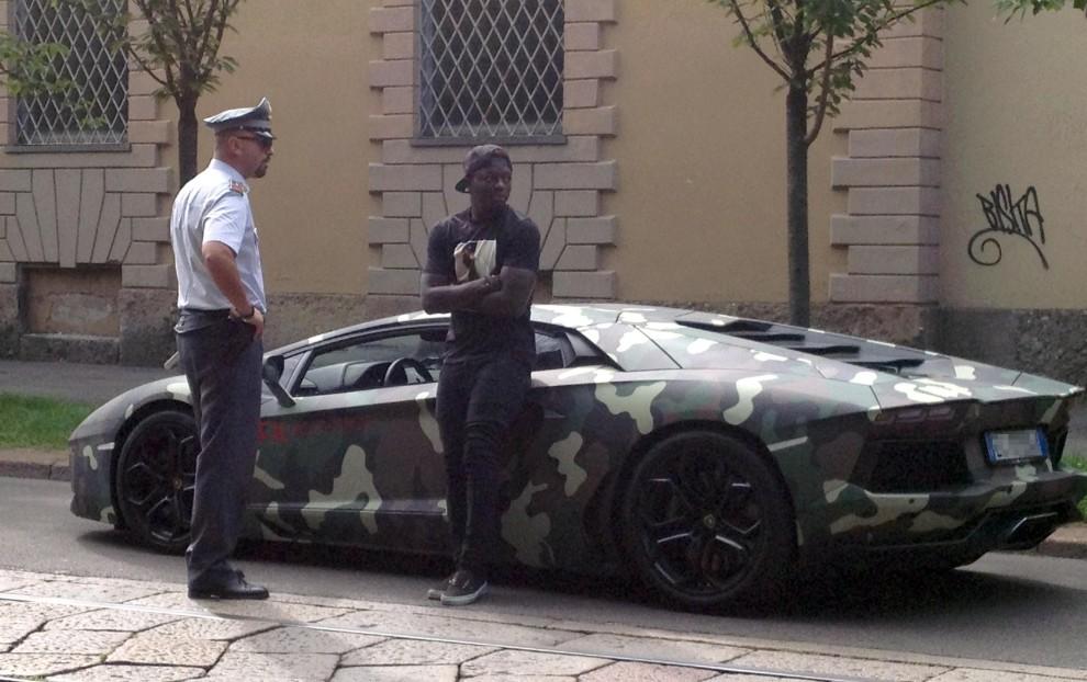 Muntari e la Lamborghini 'mimetica': la finanza lo ferma