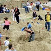 Gb, provocazione d'artista in spiaggia: caccia al tesoro per i lingotti d'oro