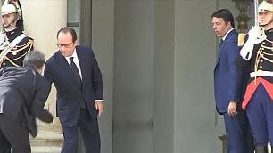 L'ambasciatore inciampa per fortuna c'è Hollande