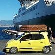 L'auto gialla con bara lo sbarco sui social