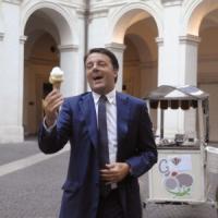 """Renzi: """"Non mi pento per il gelato, serve anche leggerezza"""""""
