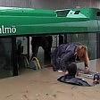 Piogge torrenziali a Malmoe paura sul bus: il salvataggio