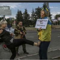 La gogna di Irina, accusata dai separatisti ucraini di essere una spia