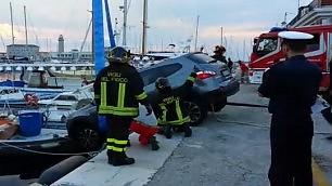 Parcheggio sbagliato: Suv in bilico